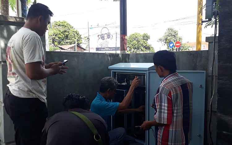 Teknisi spesialis Traffic Light, Asep (baju biru) bersama dua rekannya memperbaiki Traffic Light di simpang empat sampuraga, Sabtu, 22 Juni 2019.