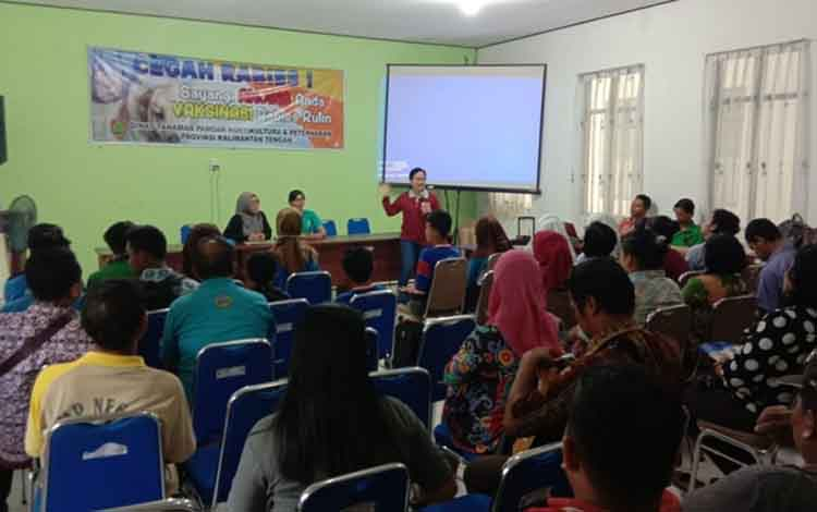 Suasana sosialisasi tentang penyakit rabies di Aula Dinas Pertanian Kabupaten Kapuas.