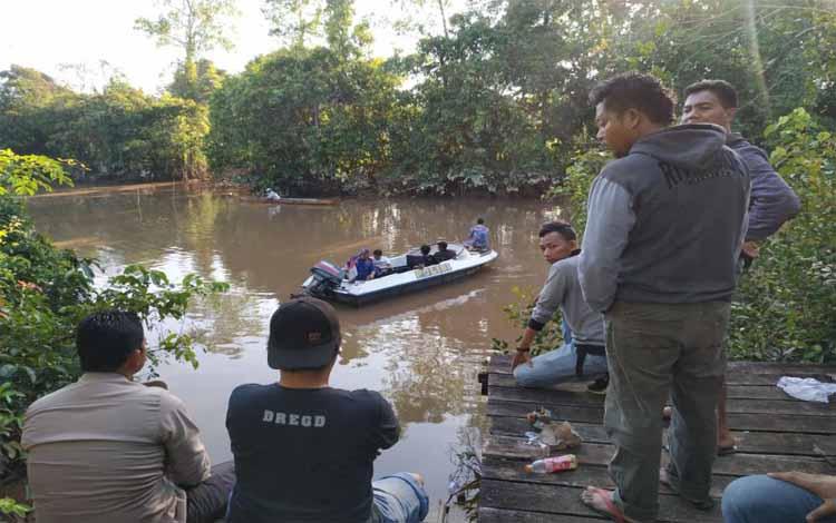 Polisi di Pulang Pisau saat melakukan pencarian pelaku di lokasi kejadian