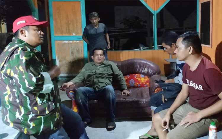 Kapolres Pulang Pisau AKBP Siswo Yuwono Bima Putra Mada (kiri) saat menemui keluarga RM tadi malam