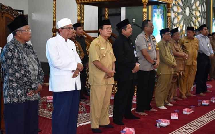 Kepala Kanwil Kemenag Kalteng Masrawan (kemeja hitam) saat menghadiri kegiatan manasik haji di Masjid Agung Al-Mukkaram Kuala Kapuas, Senin, 24 Juni 2019.