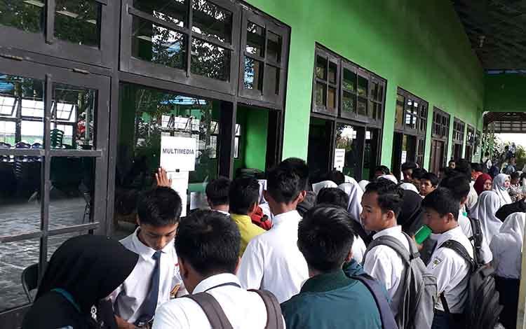 Ratusan calon peserta didik baru dengan didampingi orang tuanya melakukan pendaftaran ulang di SMK N 1 Pangkalan Bun, Senin, 24 Juni 2019