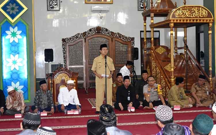 Wakil Bupati Kapuas Nafiah Ibnor saat menyampaikan pesan kepada jamaah calon haji di Masjid Agung Al-Mukkaram Amanah pada Senin, 24 Juni 2019
