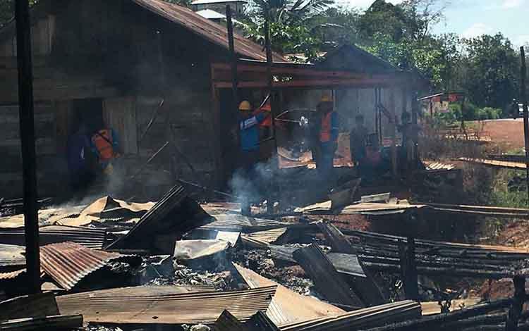 Sejumlah warga saat melihat kondisi kebakaran toko di Desa Bukit Raya, Senin, 24 Juni 2019.