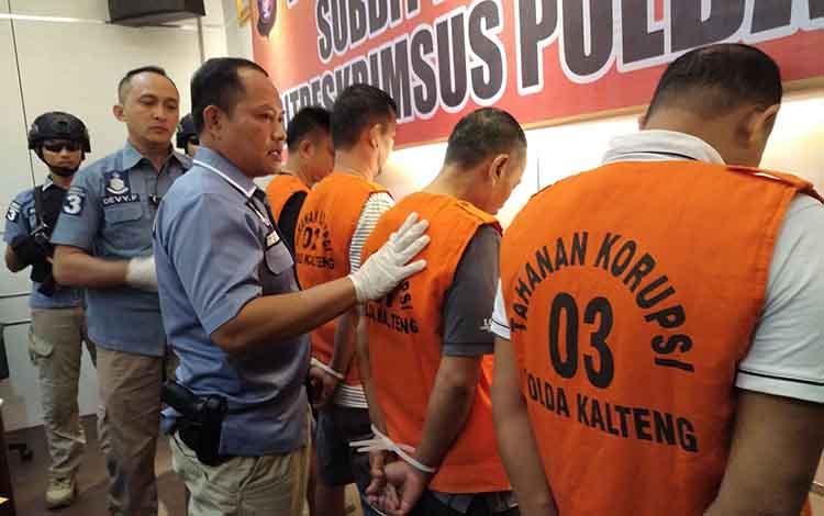 Wadir Reskrimsus Polda Kalteng AKBP Teguh Widodo menanyai sejumlah tersangka dugaan korupsi, Senin, 24 Juni 2019