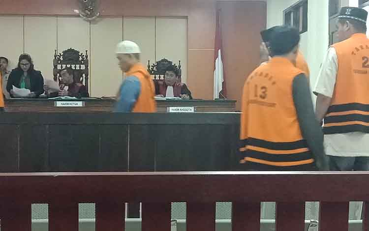 Ruman alias Lombok, Iwan, Raki, M Abdullah alias Amat, dan Ruslan alias Elan terdakwa pencurian