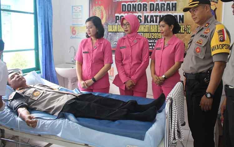 Kapolres Katingan AKBP E Dharma B Ginting saat melakukan donor darah