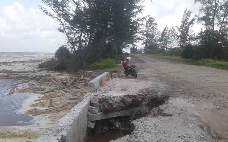 Jembatan penghubung Kuala Pembuang - Sampit berlubang