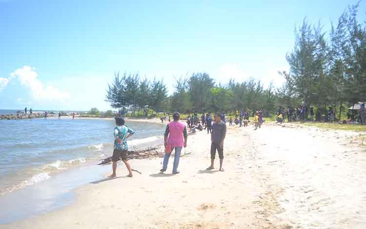Masyarakkat saat berkunjung ke Pantai Anugrah