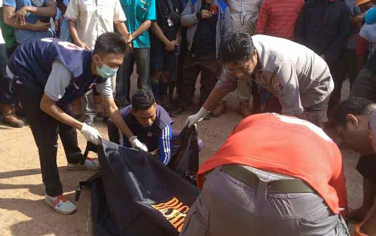 Sejumlah relawan PMI Kotawaringin Timur saat mengevakuasi korban yang tewas terlindas alat berat, Selasa, 25 Juni 2019.