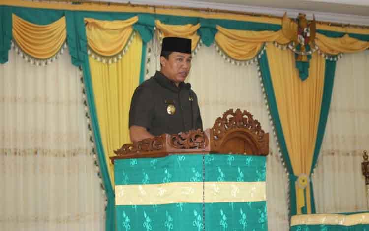 Bupati Lamandau, Hendra Lesmana menyampaikan pidato pada paripurna DPRD, Rabu, 26 Juni 2019