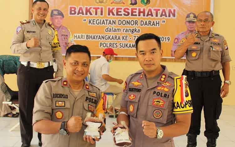 Kapolres Sukamara, AKBP Sulistiyono (kanan) dan Wakapolres, Kompol Rochmat Slamet usai mendonorkan darahnya.