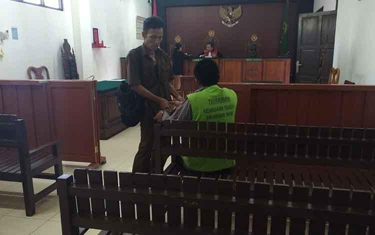 Terdakwa CP saat akan menjalani sidang di Pengadilan Negeri Palangka Raya, Rabu, 26 Juni 2019.