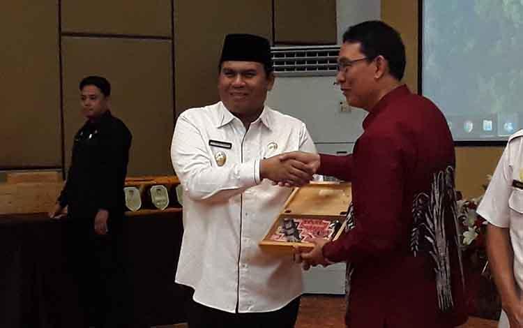Wakil Bupati Kotawaringin Barat Ahmadi Riansyah menyerahkan cinderamata kepada peserta rapat pra Rakor Bidang Organisasi dan Kepegawaian se Kalimantan Tengah 2019, Pangkalan Bun, Rabu, 26 Juni 2019.