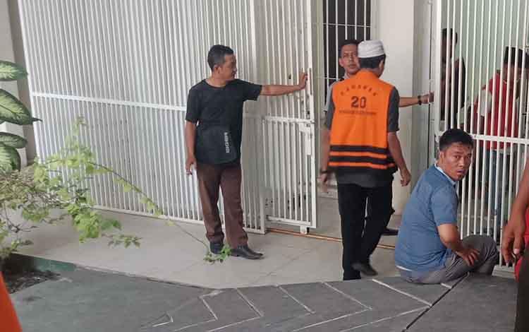 TQ, terdakwa pencurian sarang walet saat menuju sel di Pengadilan Negeri Sampit.