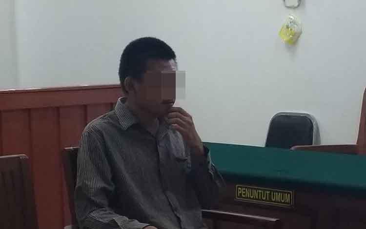 Terdakwa CP, saat menjalani persidangan di Pengadilan Negeri Palangka Raya, Rabu, 26 Juni 2019.