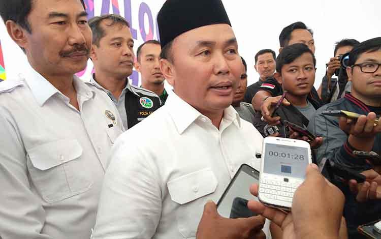 Gubernur Kalteng Sugianto Sabran memberikan keterangan kepada wartawan, Rabu, 26 Juni 2019.