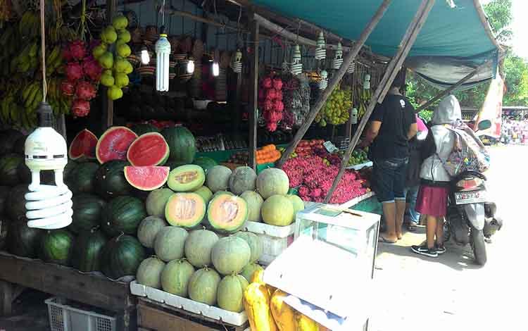 Pedagang buah di pasar tradisional Palangka Raya.