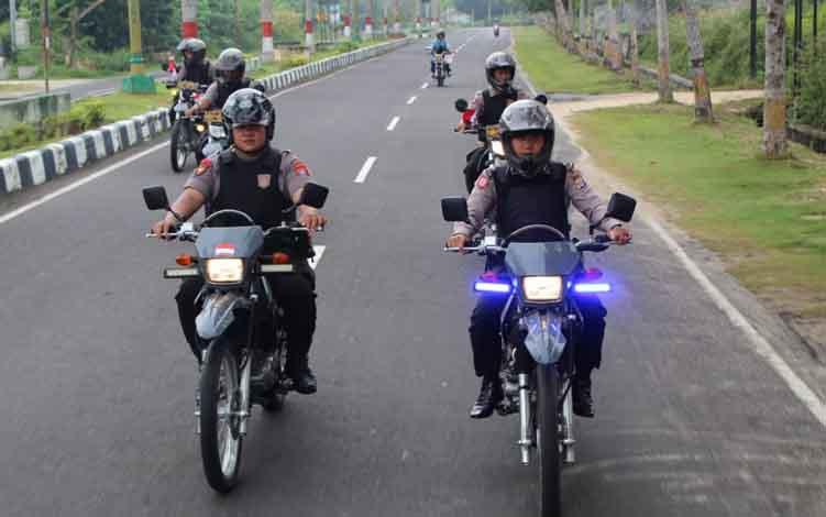 Anggota Polres Sukamara melalukan patroli