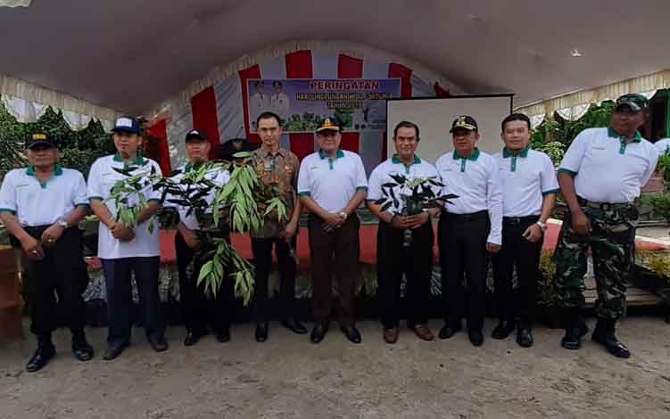 Wakil Bupati Sukamara, Ahmadi foto bersama usai membagikan bibit tanaman