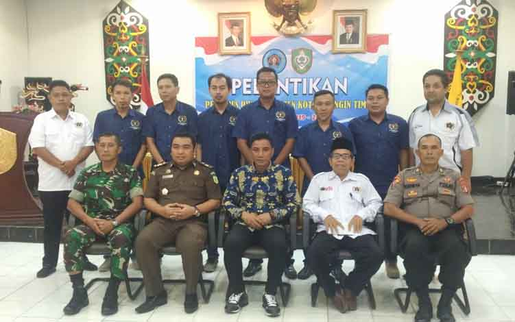Bupati Kotim Supian Hadi, bersama dengan Ketua PWI Kalteng Sutransyah, unsur FKPD, serta pengurus PWI Kotim yang dilantik, Kamis, 27 Juni 2019.