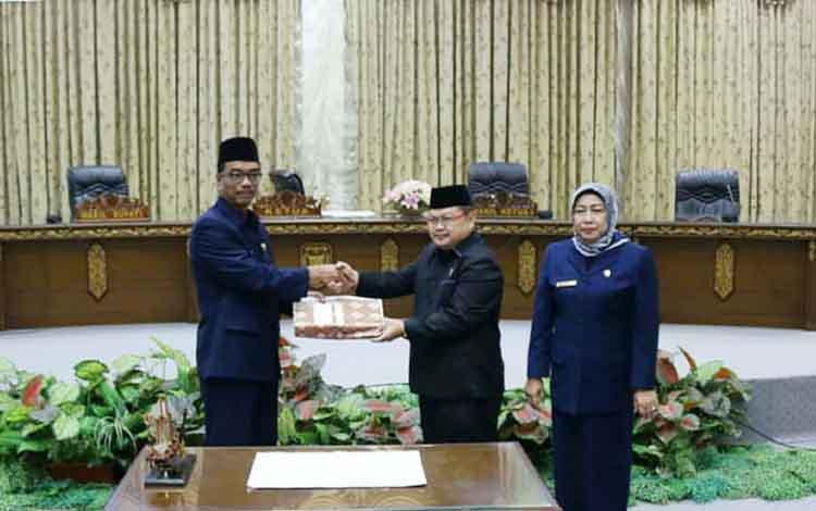 Wakil Bupati Barito Utara, Sugianto Panala Putra ketika  menyerahkan laporan pertanggungjawaban pelaksanaan APBD Kabupaten Barito Utara tahun anggaran 2018  kepada pimpinan DPRD.