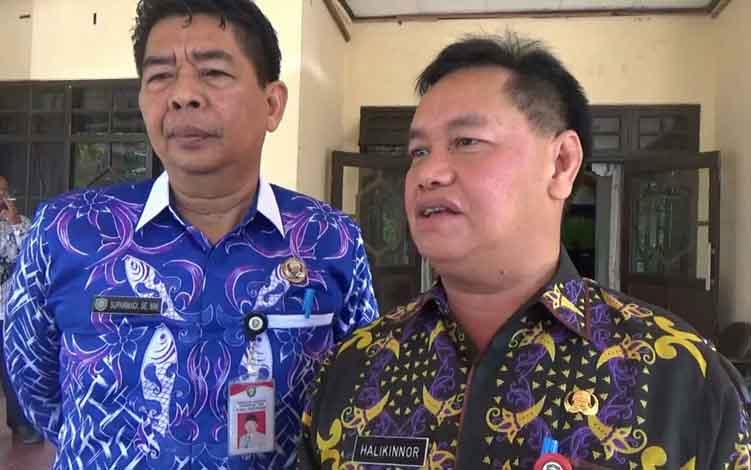 Sekretaris Daerah Kotim, Halikinnor (kanan) saat diwawancarai wartawan, Kamis, 27 Juni 2019.