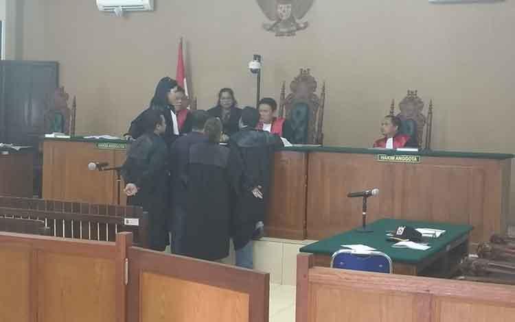 Suasana persidangan tipikor dengan terdakwa mantan Bupati Katingan Yantenglie.