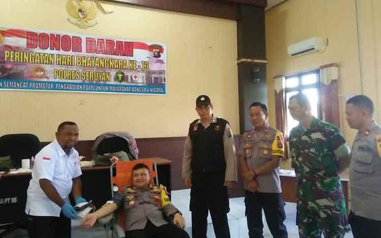 Kapolres Seruyan AKBP Ramon Z Ginting saat donor darah HUT ke 73 Bhayangkara, Kamis, 27 Juni 2019.