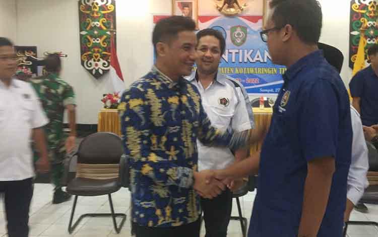 Bupati Kotim Supian Hadi saat berjabat tangan dengan Ketua PWI Kotim Andri Rizki Agustian.