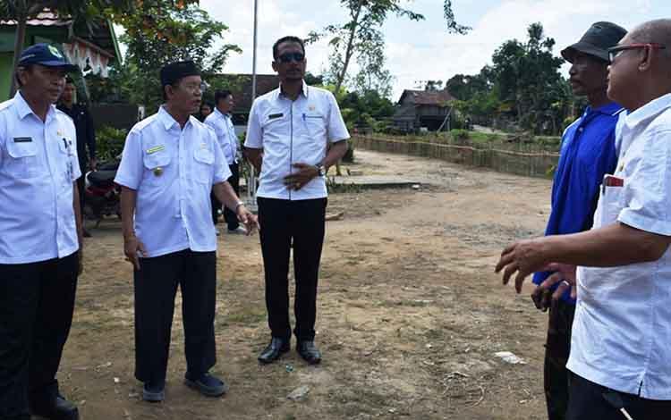Wakil Bupati Kapuas HM Nafiah Ibnor saat memantau lokasi penilaian HATINYA PKKdi Desa Sidomulyo, Kecamatan Tamban Catur.