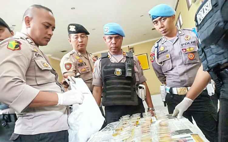 Anggota Polres Kotim saat melakukan tes urine, Kamis, 27 Juni 2019