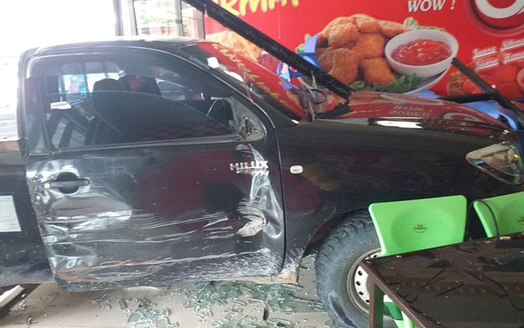 Sebuah mobil menerobos masuk Cafe Galaxy di Buntok, Barito Selatan