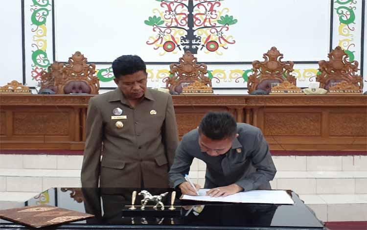 Ketua DPRD Sukamara, Edy Alrusnadi menandatangai berita acara