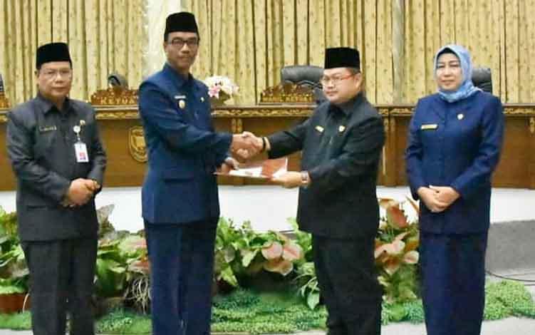 Ketua DPRD Barito Utara, Set Enus Y Mebas menyerahkan pemandangan umum fraksi kepada Wakil Bupati Sugianto Panala Putra