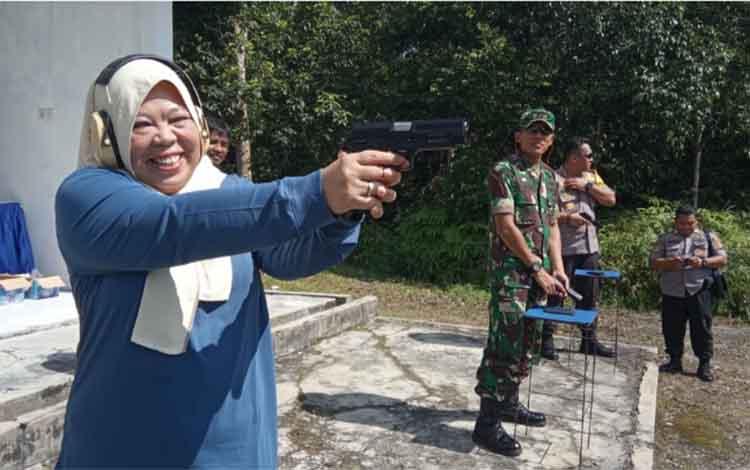 Bupati Kobar Nurhidayah sedang berlatih menembak di lapangan tembak TNI AU Lanud Iskandar, Jumat, 28 Juni 2019.