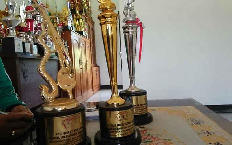 Piala juara 1 lomba musik tradisional FLS2N tingkat Nasional berhasil diraih siswa SMPN 1 Kuala Pembuang selama 3 kali berturut, 2016-2018.