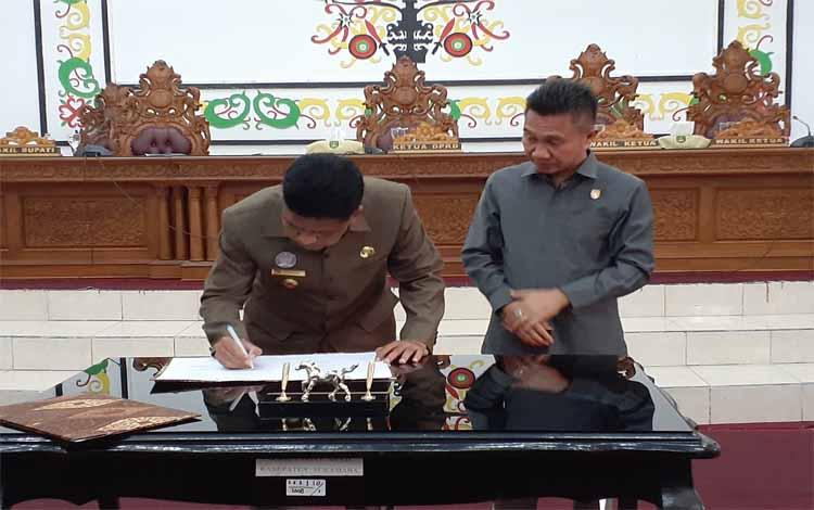 Wakil Bupati Sukamara, Ahmadi menandatangai berita acara