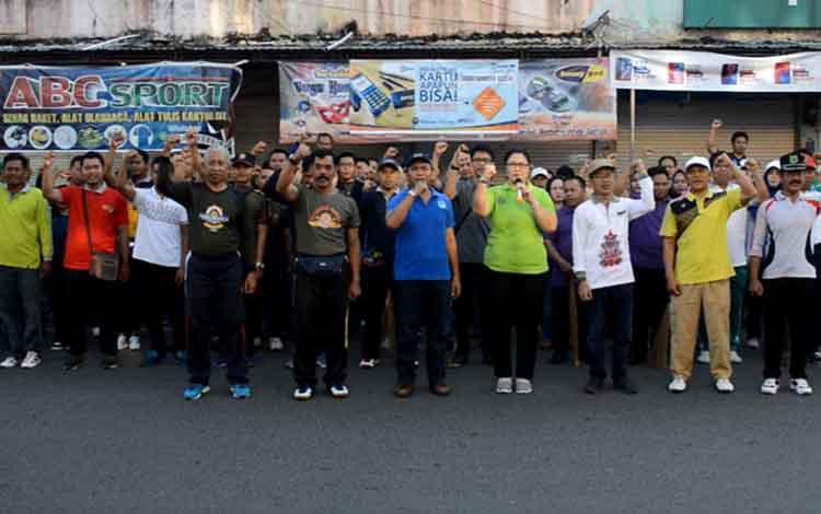 Plt Kepala Dinas Lingkungan Hidup Kusmiatie bersama pegawai usai melakukan kegiatan Jumat Bersih, Jumat, 28 Juni 2019.