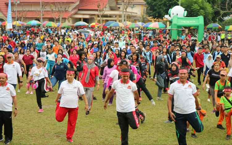 Ratusan warga Barito Timur ikut jalan santai dalam rangka HUT Bhayangkara ke 73