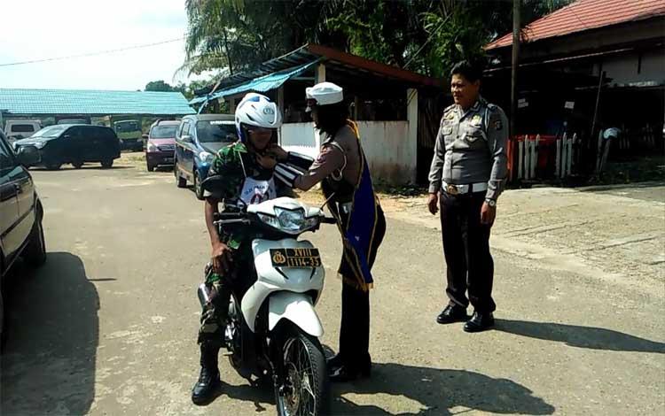 Anggota TNI yang bertugas di wilayah Barito Timur tetap mengikuti ujian praktik terlebih dulu sebelu
