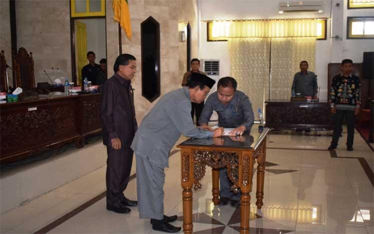 Penandatanganan berita acara pengesahan Raperda Pertanggungjawanan Pelaksanaan APBD 2018 di DPRD Kapuas, Sabtu, 29 Juni 2019