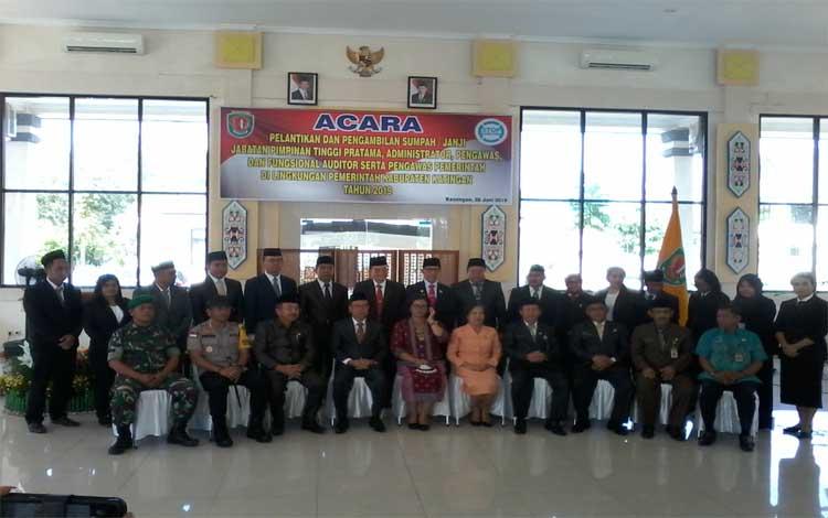 Bupati Katingan Sakariyas foto bersama pejabat yang baru dilantik