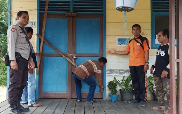 Kapolsek Murung Ipda Yuliato bersama pemilik lahan saat membuka segel SMP 2 Satap Murung, Minggu, 30 Juni 2019.