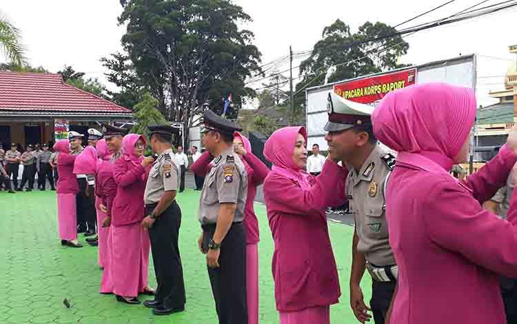 Ibu Bhayangkari memasangkan lencana di pundak anggota polres yang mendapat kenaikan pangkat, Senin, 1 Juli 2019