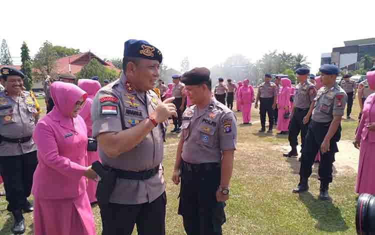 Kapolda Kalimantan Tengah Irjen Pol Anang Revandoko memberi semangat kepada 180 anggota yang naik pangkat jabatan, Seni 1 Juli 2019