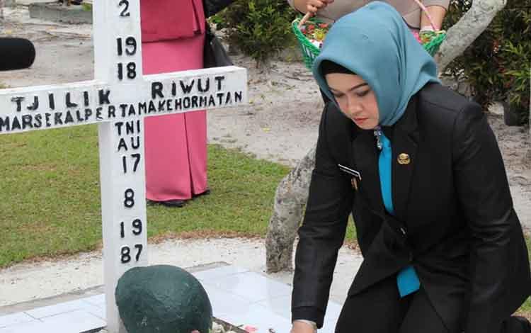 Wali Kota Palangka Raya, Umi Mastikah saat melakukan ziarah di TMP Sanaman Lampang Jalan Tjilik Riwut km 2.5, Kelurahan Palangka pada Senin, 1 Juli 2019.
