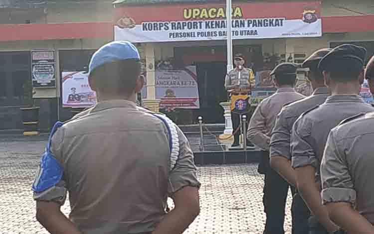 Kapolres Barito Utara AKBP Dostan Matheus Siregar saat menyampaikan amanat pada Upacara Korps Rapor Kenaikkan Pangkat yang dilaksanakan di halaman Polres, Senin 1 Juli 2019.