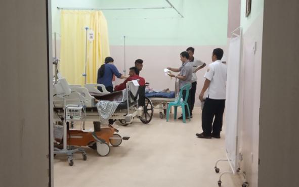 Korban kecelakaan bus Yessoe saat ditangani petugas medis di IGD RSUD Sultan Imanuddin Pangkalan Bun, Senin, 1 Juli 2019.