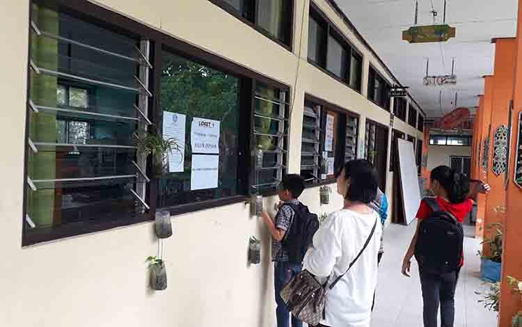 Proses penerimaan peserta didik baru salah satu sekolah di Kotawaringin Barat.